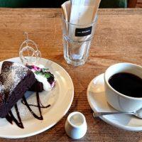 鳥取市弥生町にあるイタリアンカフェ カフェ ソースにてベルギー産チョコレートをふんだんに使ったガトーショコラクラシックとブレンドコーヒーを実食 店舗に関連した情報も!